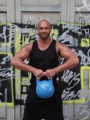 Bild von Detelf D Soost beim Kettlebell Training für BodyChange Fit